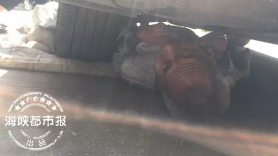 台海网4月30日讯 据海峡都市报报道今天上午8时50分,福州仓山区亭头路金骏小区一区4号楼旁一名老汉被压在轿车底下。