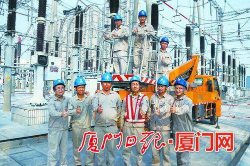 变电检修一班班组成员合影。