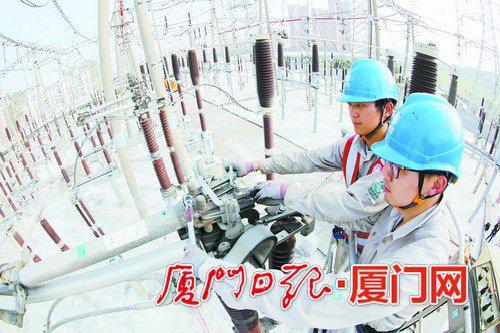 变电检修一班班员利用高空车对变电站内的绝缘串进行更换。