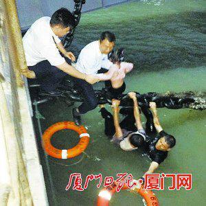 父女二人终于被救上岸。(本组图/厦门轮渡有限公司提供)