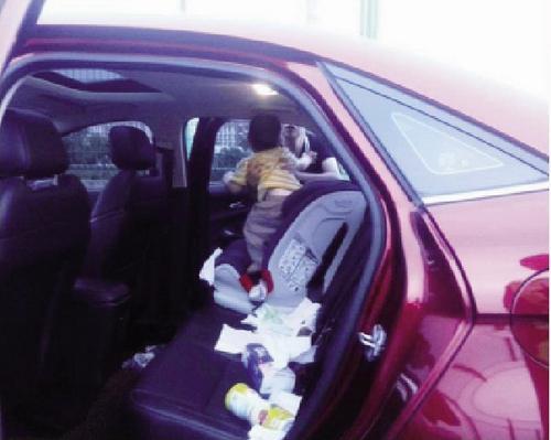 -破窗之后,婴儿被安全救出来。