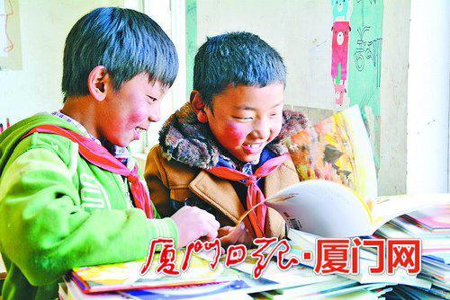 收到一批新书,山里的孩子开心地读起来。(尹薇 摄)