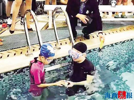 叶佳希和徒弟洪珏钰挑战水下双人单手复原三阶魔方纪录。 叶佳希供图