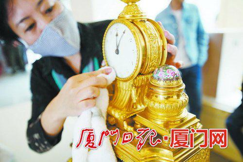 即将在故宫鼓浪屿外国文物馆展出的展品被精心打理。(本报记者林铭鸿摄)
