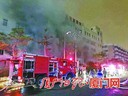 长乐路一服装厂发生火灾。