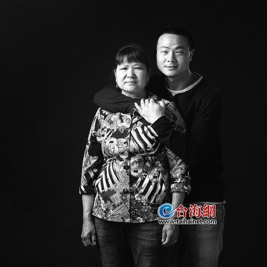 ▲钟龙辉搂着母亲拍照