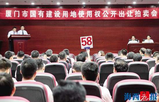 拍卖现场竞价理性。记者 唐光峰 摄