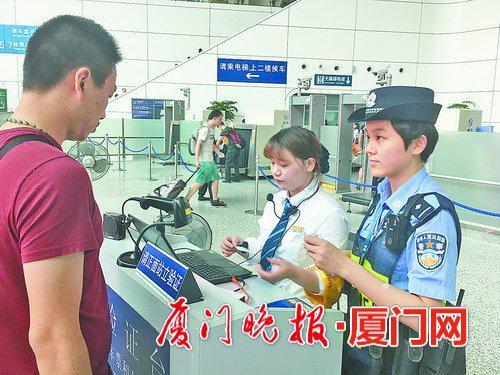 -张世吉(右一)在安检口执勤。