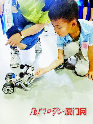 小朋友和机器人交朋友。