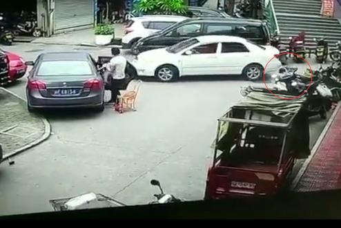 惊险一幕:地上哭闹小孩被小车压过