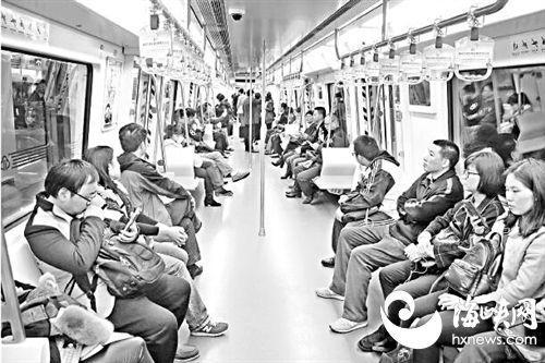 2017年1月6日,福州1号线试运营首日,市民搭乘地铁上班,享受地铁带来的便捷