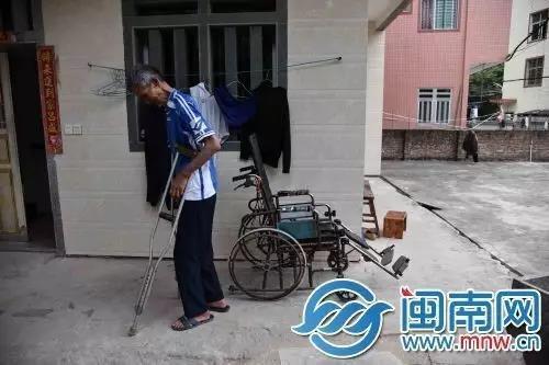 受伤之后,王墙都是靠轮椅和拐棍出行