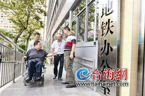 ▲中国残联副主席吕世明在厦门考察调研无障碍建设情况