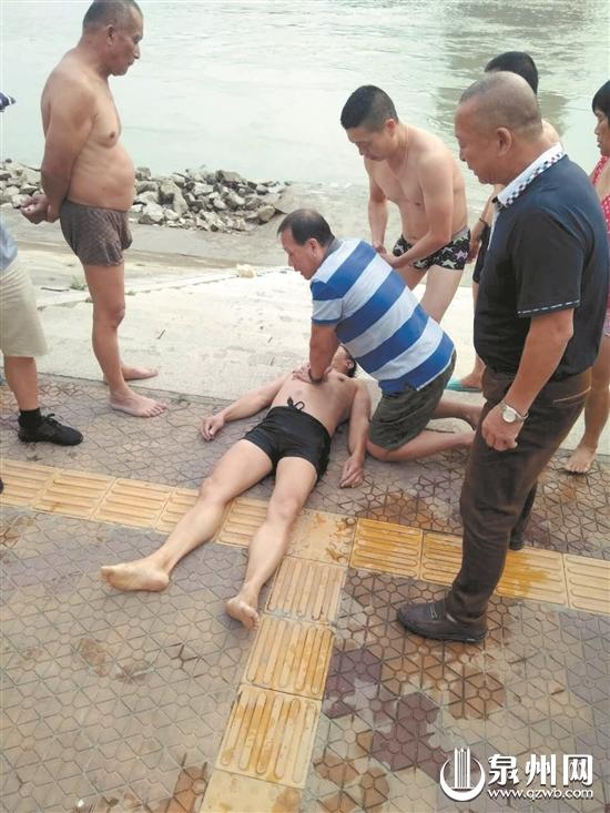 """众人及时对溺水男子实施心肺复苏急救,抢到了关键的""""黄金四分钟""""。 (古渡冬泳分会供图)"""