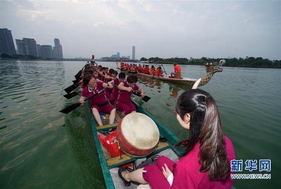 高浦龙舟男队、女队在杏林湾进行龙舟竞渡(2017年5月27日摄)。新华社记者姜克红摄
