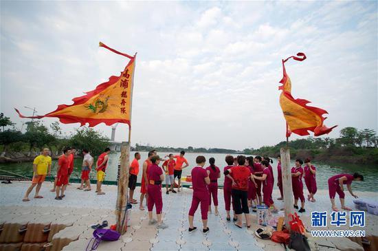 高浦龙舟队队员在杏林湾高浦码头聚集,准备端午节龙舟祭祀活动(2017年5月27日摄)。新华社记者姜克红摄