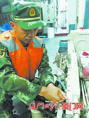 ▲林俊杰在维修保养舰艇的机械部件。