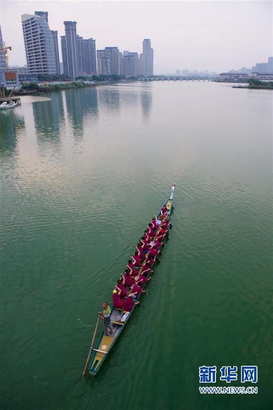 高浦龙舟女队在杏林湾划行(2017年5月27日摄)。新华社记者姜克红摄