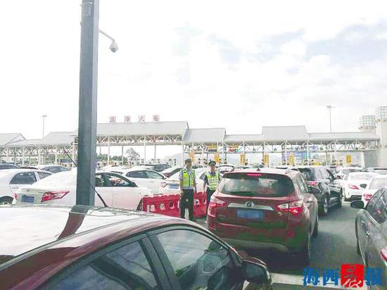3天假期里,厦漳大桥几乎天天都拥堵。