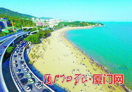 端午假期,环岛路白城沙滩游人如织。(本报记者 黄少毅 航拍器摄)