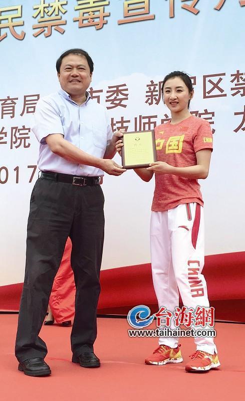 奥运冠军何雯娜为龙岩禁毒代言 发出禁毒倡议书