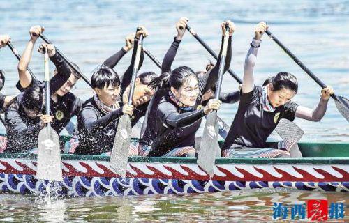   巾帼不让须眉,女队员们也奋力划桨。