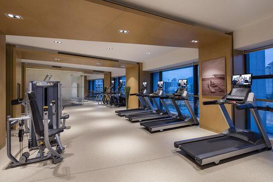 设备齐全的健身房