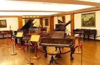 馆内收藏有近百架世界珍贵的古钢琴与钢琴烛台,清晰地展示钢琴的发展史。