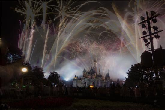 """""""星梦奇缘""""烟花表演,每晚最后的压轴大戏,在睡公主城堡上空演绎,这个当然不能错过。"""