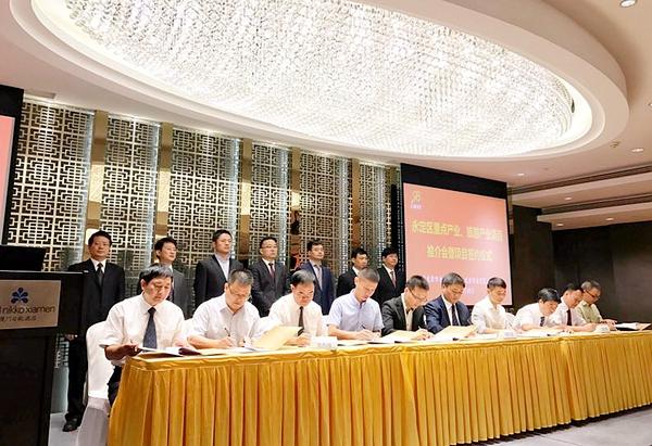 会议现场还签订了文化交流战略合作协议与旅游推广战略合作协议。