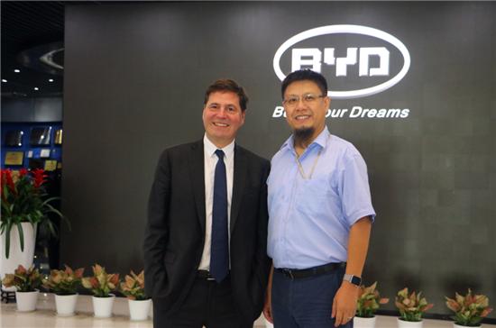微软全球资深副总裁Alain Crozier与比亚迪汽车销售有限公司总经理舒酉星合影