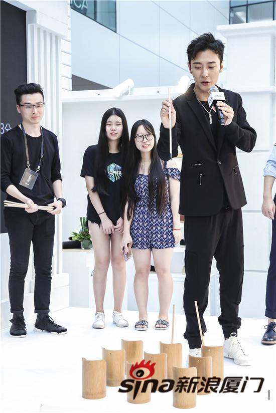 张丹峰和粉丝 现场互动游戏 很是敬业