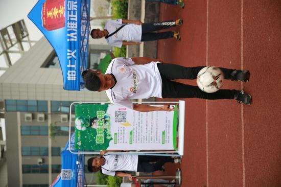 运动员参与足球嘉年华活动
