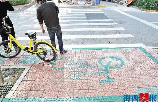 """自行车停放区出现""""乱划""""现象,有关部门将整改,欢迎拨打8080000举报"""