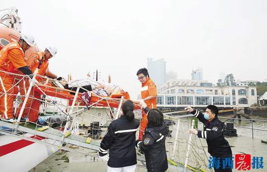 """受伤船员被成功救上""""东海救202""""轮。"""