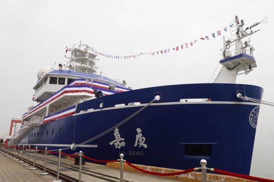 """""""嘉庚号""""船长77.7米,型宽16.24米,设计吃水5.3米,总吨3611,最大航速14节,续航力10000海里,自持力50天。"""