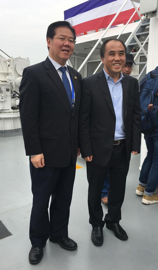厦门大学校长朱崇实(左)与松霖家居董事长周华松(右)合影。