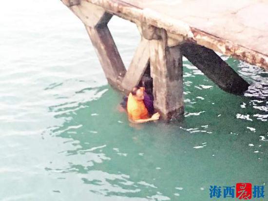 夫妻因为琐事吵架,妻子一时想不通跳海轻生,中途又爬了回来,坐在石墩上不理睬众人的劝说。待丈夫过来后,才将妻子从海中劝上岸。