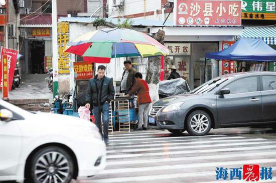 昨日下午,集美锦园南路锦英路口,有人占道经营。记者唐光峰摄