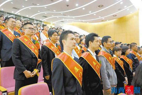 """昨日,全市200名劳动者被授予""""厦门市劳动模范""""称号。"""