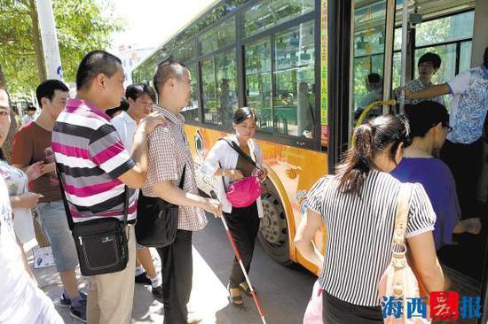部分盲人出行,主要是依靠盲杖探路。资料图片