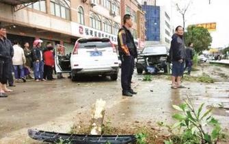 晋江男子砸车后驾车撞人又撞车