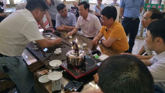 调研组一行品尝罗岩黄金桂芽茶新品。