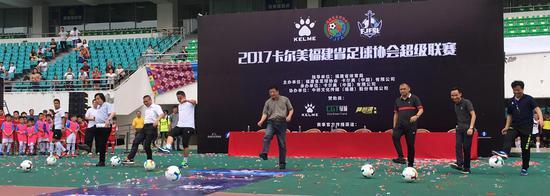 嘉宾为大赛开球。
