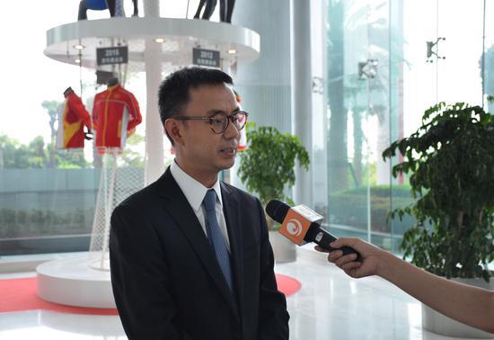 安踏体育用品有限公司首席财务官林战接受媒体采访