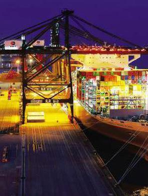 世界最大集装箱船首航靠泊厦门港