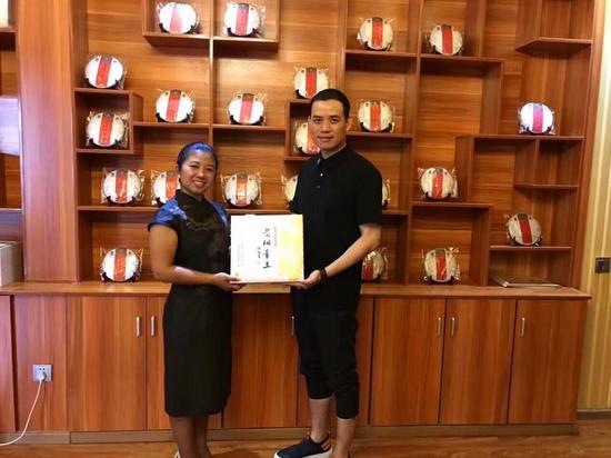 勐海县人民政府玉帕新县长(左)与丝绸之路国际联合组织会长蔡明作先生(右)合影