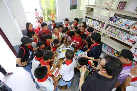 璧洲小学:孩子们正在挑选喜爱的图书