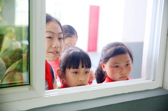 璧洲小学:教室窗外也围满了看沙画表演的学生