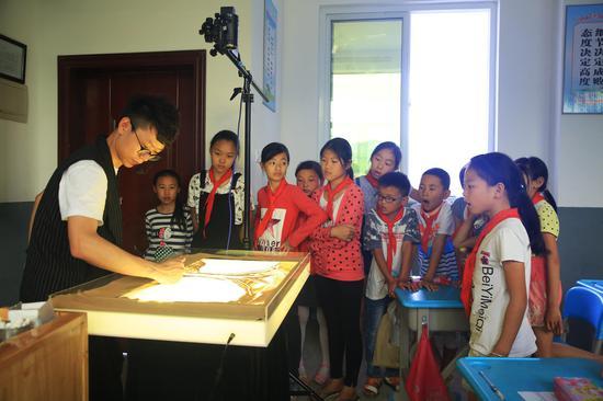 璧洲小学:吴开祺老师的爱心沙画课